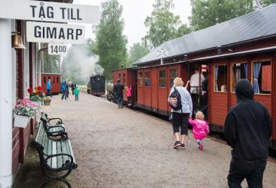 Gammalt tåg vid perrong