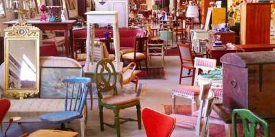 Möbler i antikaffär