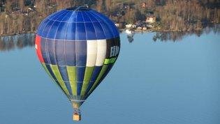 Ballongflyning över sommarlandskap.