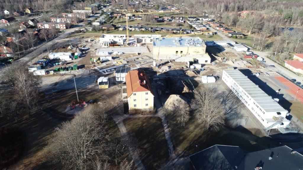Flygbild över skolbygget.