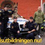Poliser vid polisbil. Utbildningsaffisch.